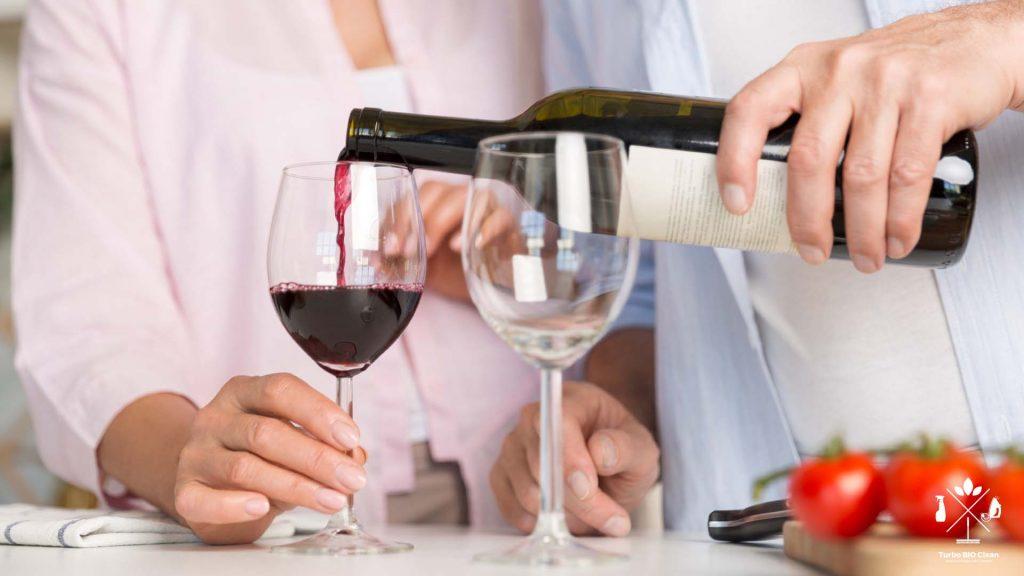 Cum scoateti petele de vin rosu
